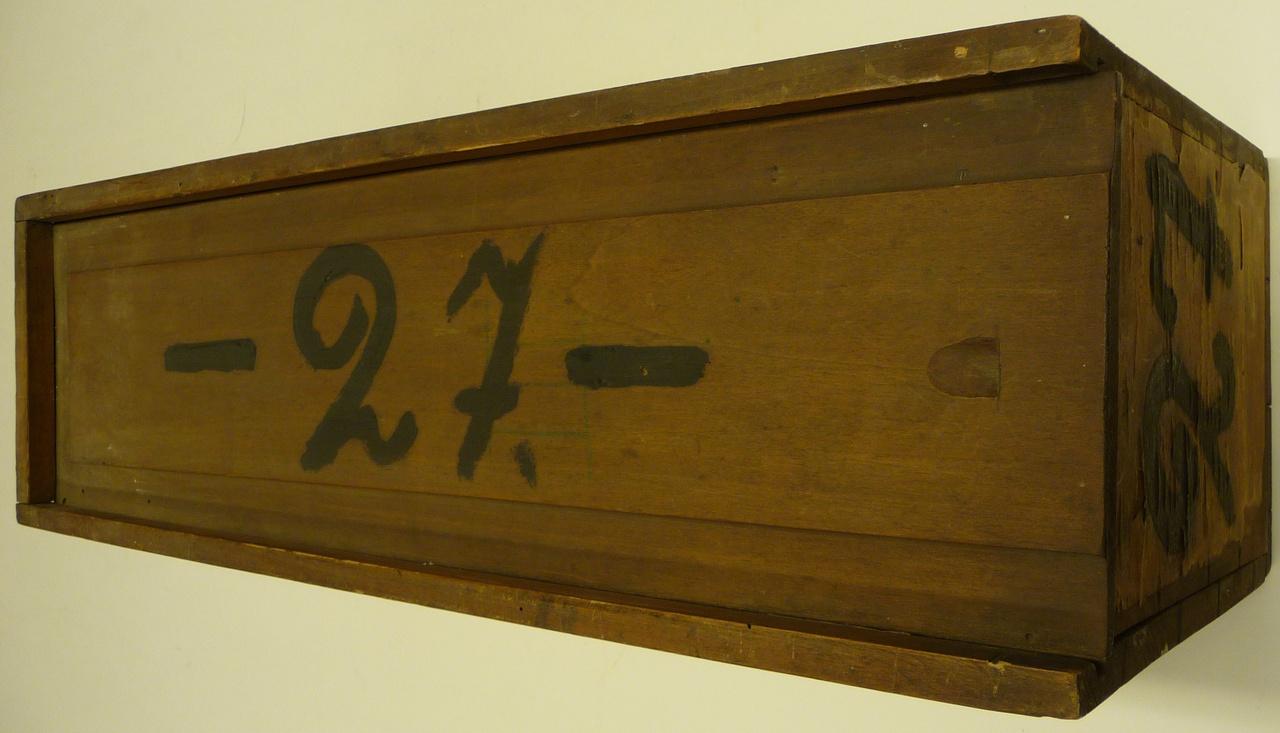 Kist voor glasnegatieven met nummer 27.