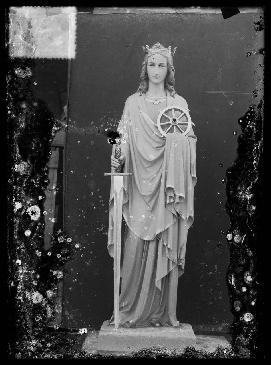 """Glasnegatief van foto van producten uit de Cuypers' Kunstwerkplaatsen uit kist met nummer 27: """"H. Catharina""""."""