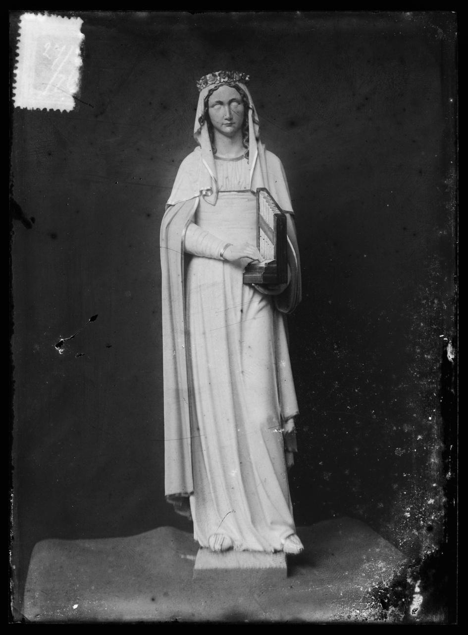 """Glasnegatief van foto van producten uit de Cuypers' Kunstwerkplaatsen uit kist met nummer 27: """"St. Cecilia""""."""