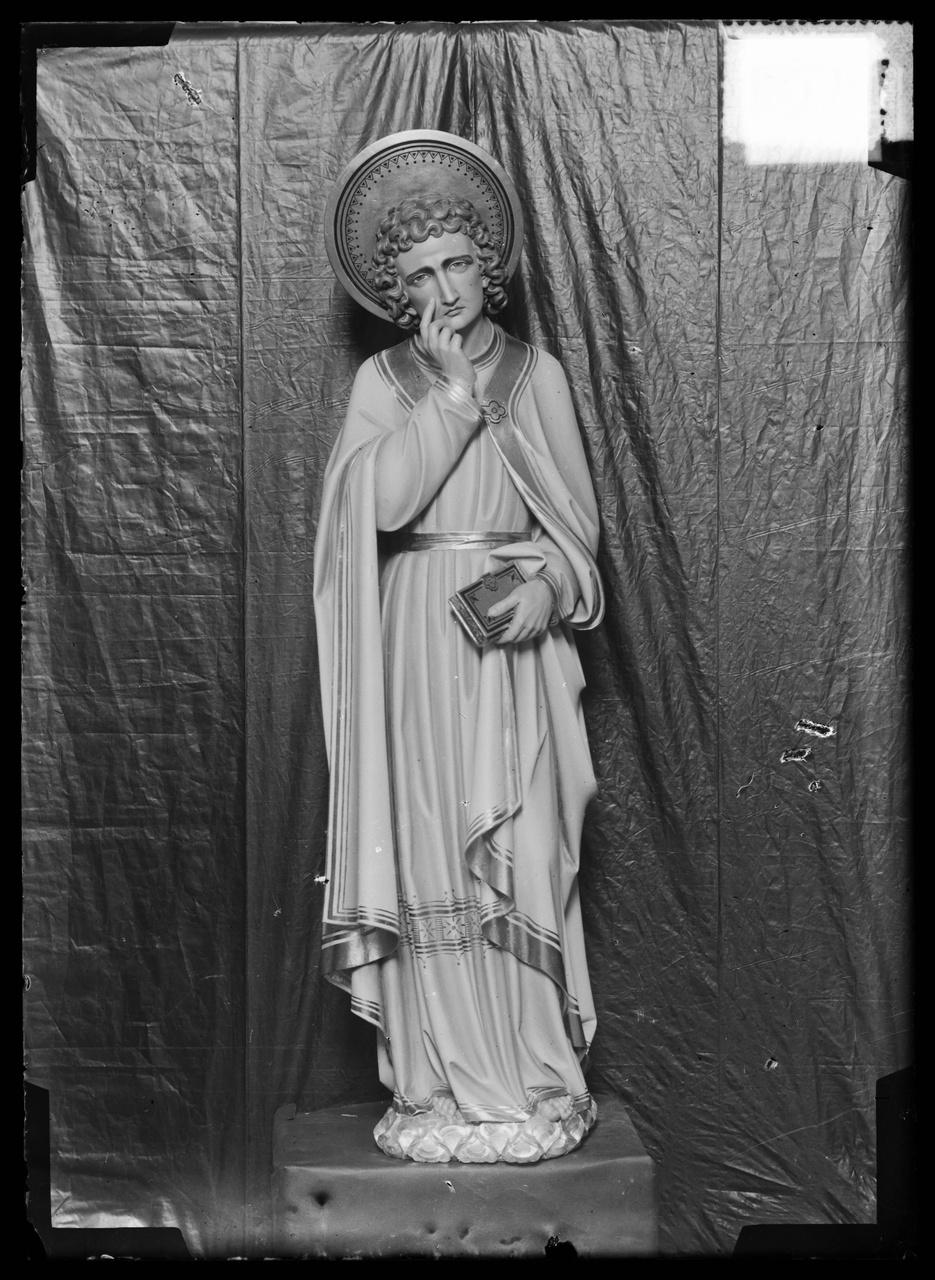"""Glasnegatief van foto van producten uit de Cuypers' Kunstwerkplaatsen uit kist met nummer 31: """"Johannes onder het kruis""""."""