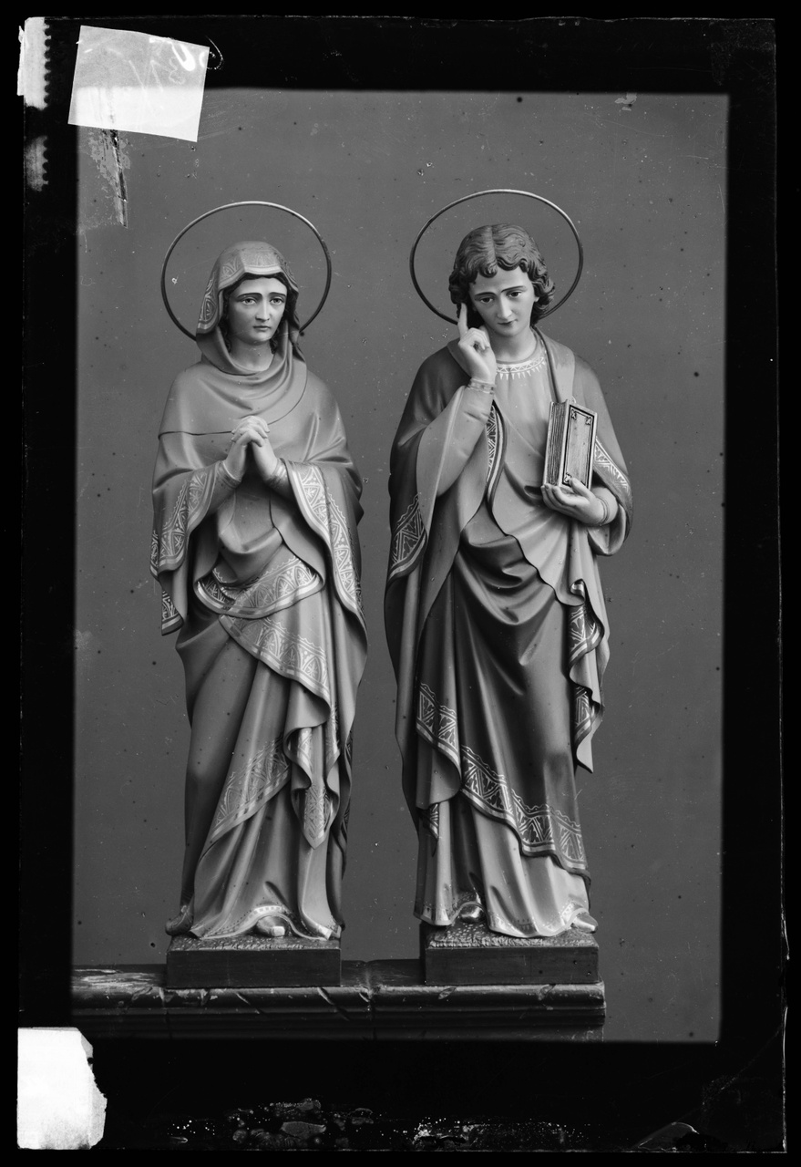 """Glasnegatief van foto van producten uit de Cuypers' Kunstwerkplaatsen uit kist met nummer 31: """"Maria en Johannes onder het kruis""""."""