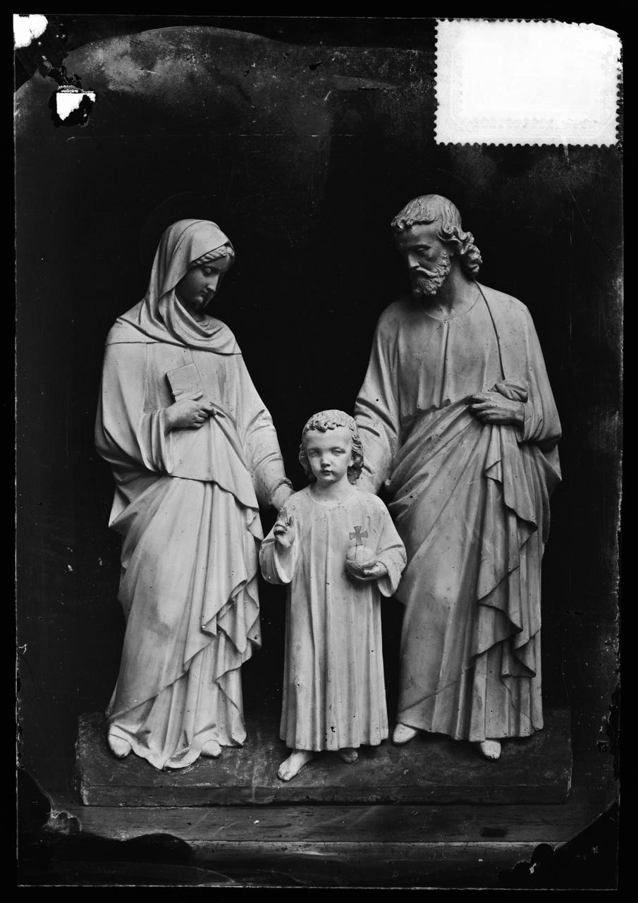 """Glasnegatief van foto van producten uit de Cuypers' Kunstwerkplaatsen uit kist met nummer 31: """"Heilige Familie""""."""
