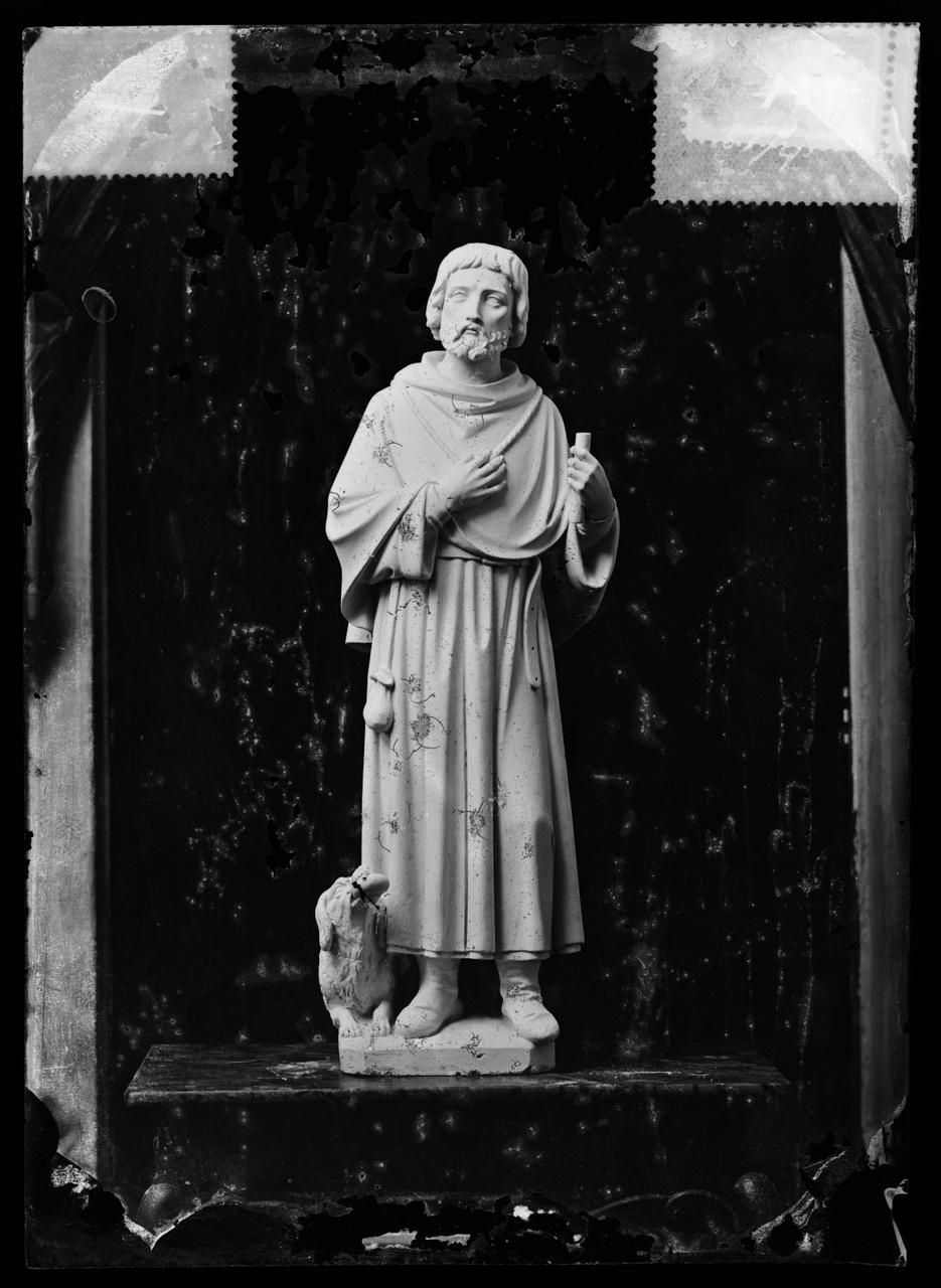 """Glasnegatief van foto van producten uit de Cuypers' Kunstwerkplaatsen uit kist met nummer 31: """"St. Rochus""""."""