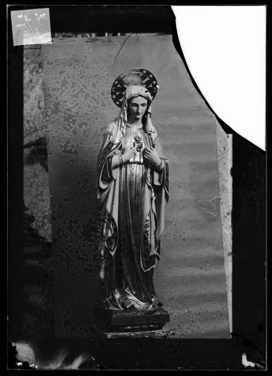 """Glasnegatief van foto van producten uit de Cuypers' Kunstwerkplaatsen uit kist met nummer 31: """"Onze Lieve Vrouw met Heilig Hart""""."""