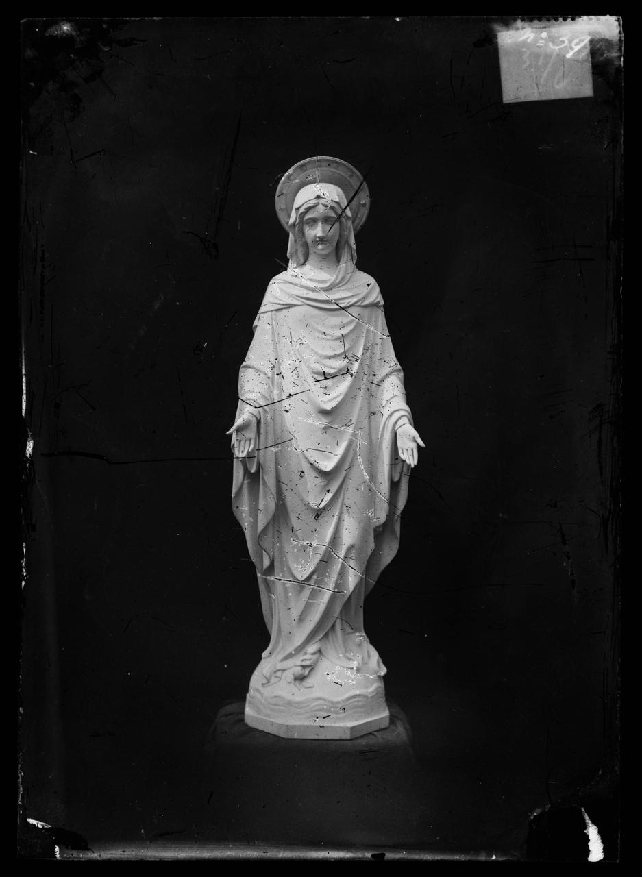 """Glasnegatief van foto van producten uit de Cuypers' Kunstwerkplaatsen uit kist met nummer 31: """"Onze Lieve Vrouw Onbevlekt Ontvangen""""."""