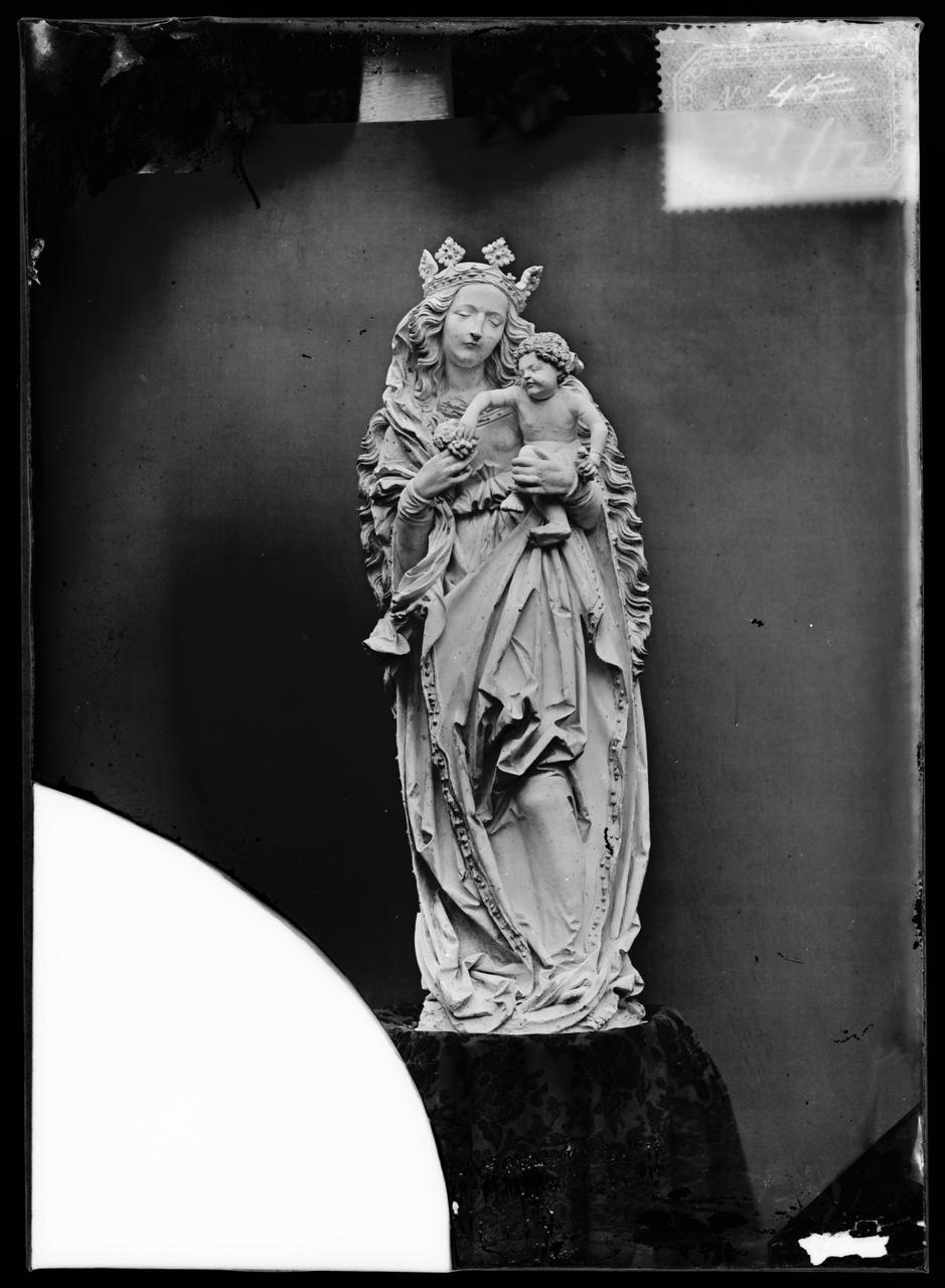"""Glasnegatief van foto van producten uit de Cuypers' Kunstwerkplaatsen uit kist met nummer 31: """"Antiek Onze Lieve Vrouwe Beeld""""."""