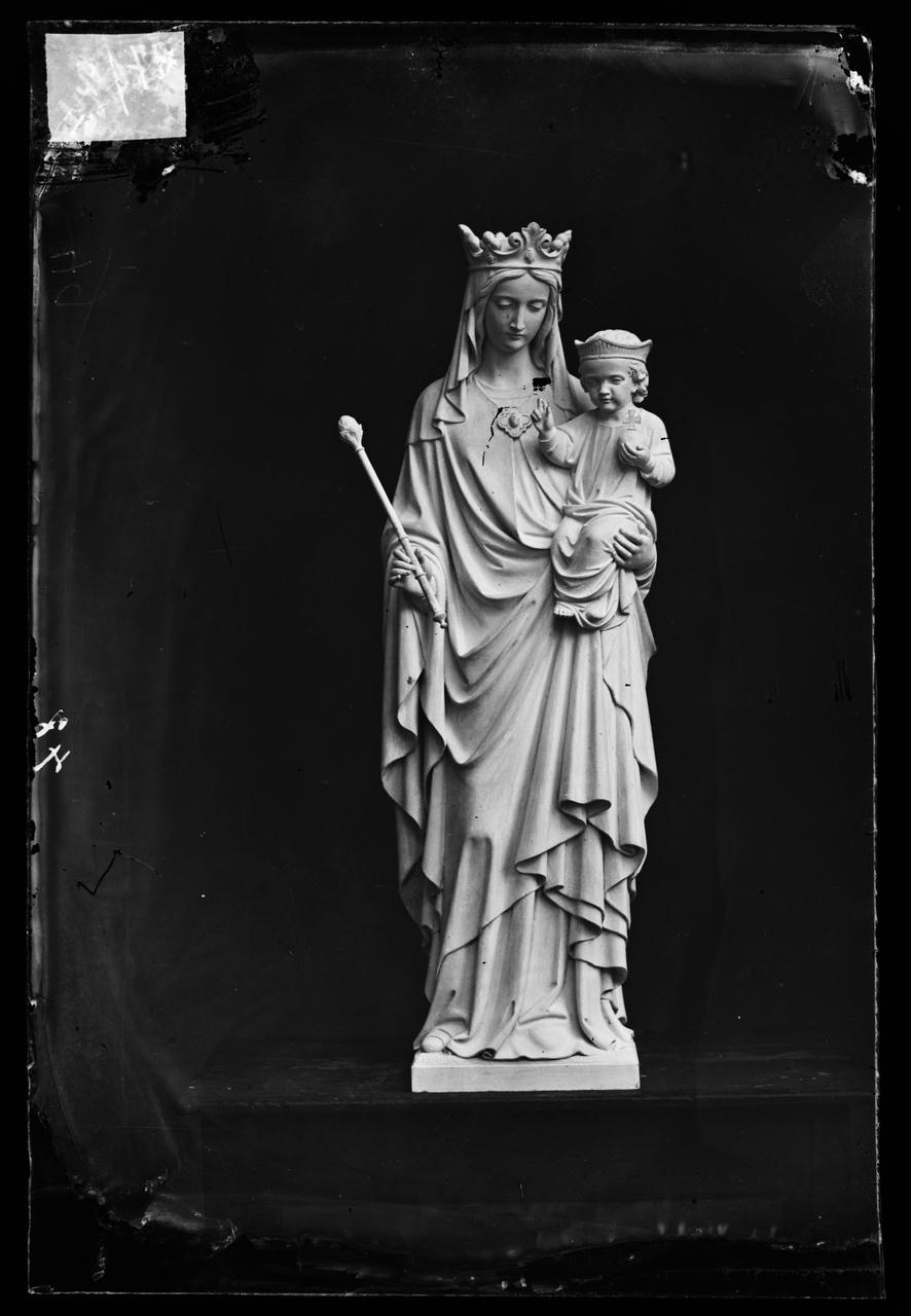 """Glasnegatief van foto van producten uit de Cuypers' Kunstwerkplaatsen uit kist met nummer 31: """"Onze Lieve Vrouw met kind""""."""