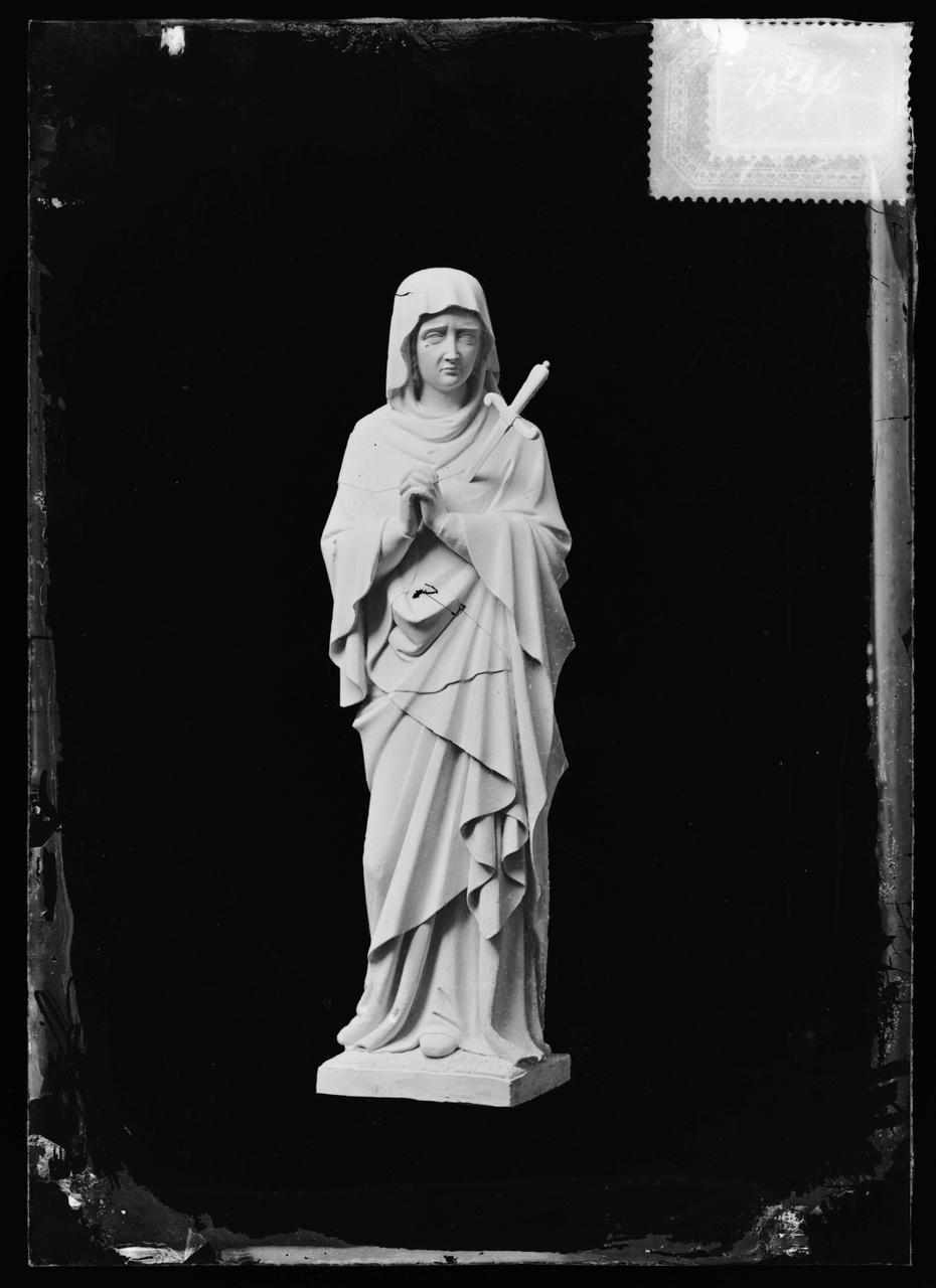 """Glasnegatief van foto van producten uit de Cuypers' Kunstwerkplaatsen uit kist met nummer 31: """"Onze Lieve Vrouw van zeven Smarten""""."""