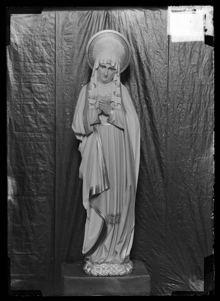 """Glasnegatief van foto van producten uit de Cuypers' Kunstwerkplaatsen uit kist met nummer 31: """"Maria onder het kruis""""."""