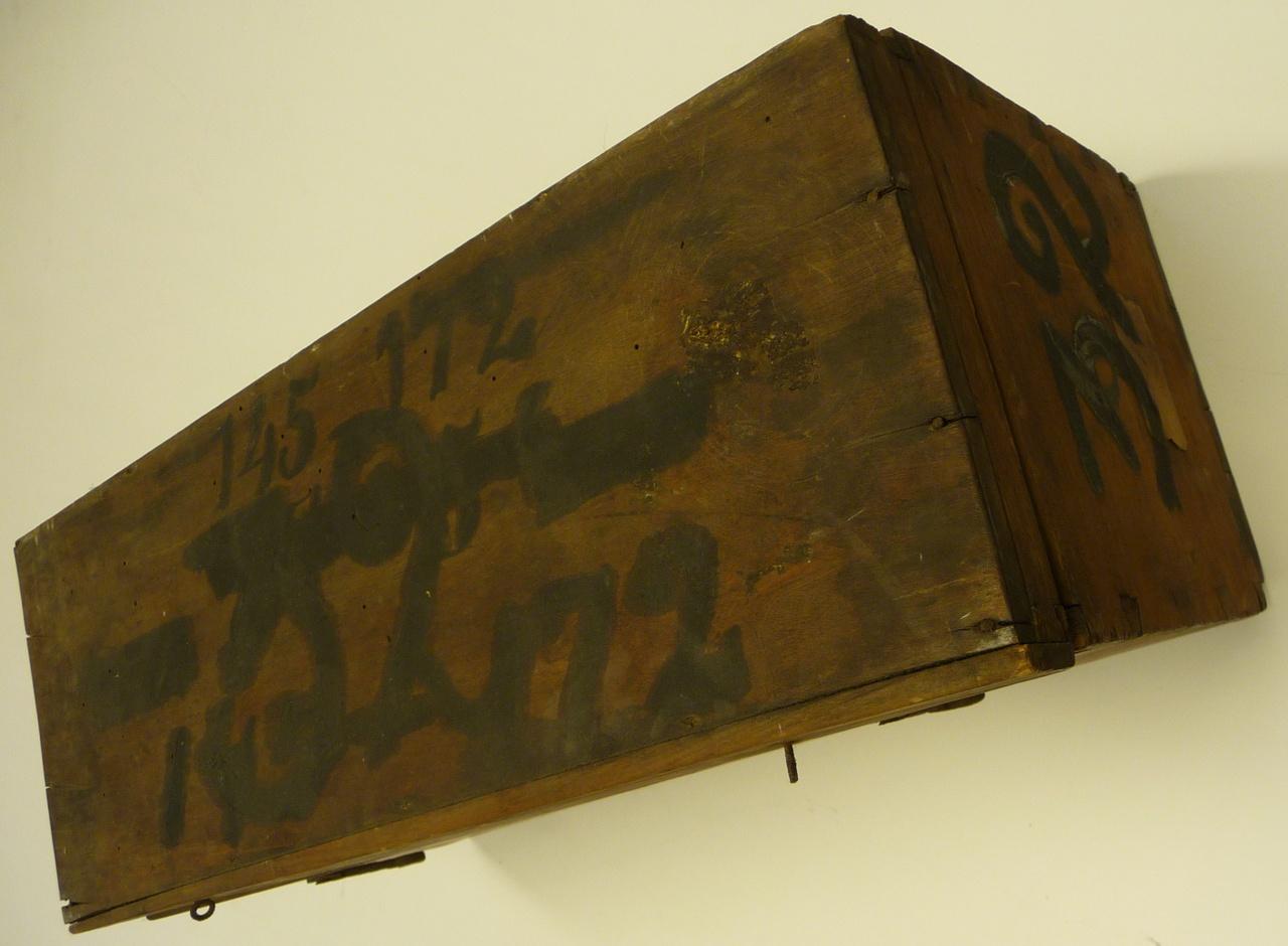 Kist voor glasnegatieven met nummer 32.