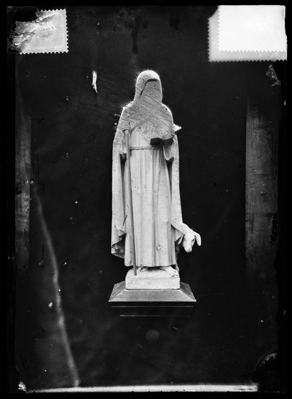"""Glasnegatief van foto van producten uit de Cuypers' Kunstwerkplaatsen uit kist met nummer 32: """"St. Antonius met varken""""."""