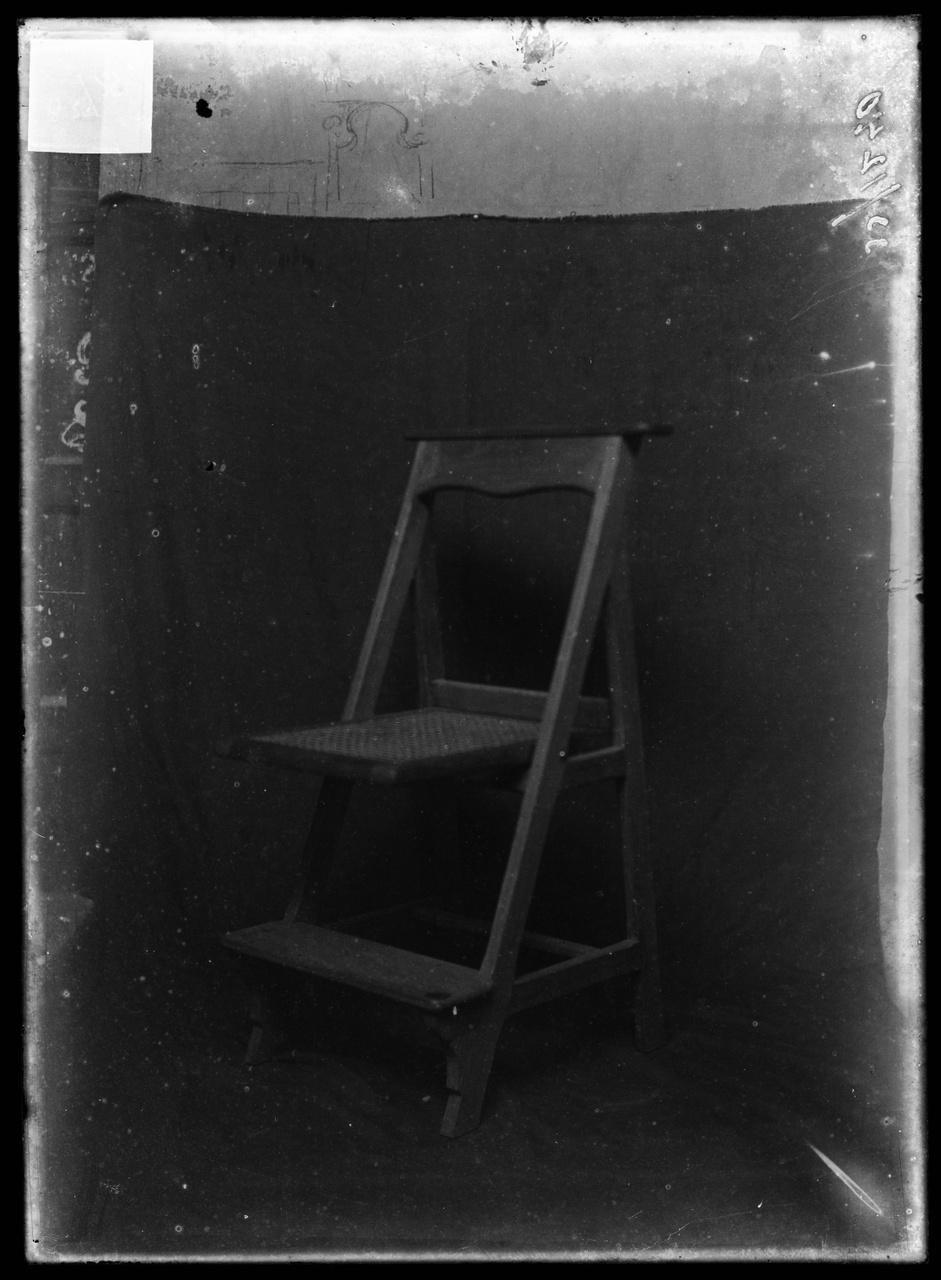 """Glasnegatief van foto van producten uit de Cuypers' Kunstwerkplaatsen uit kist met nummer 32: """"Bidstoel.""""."""