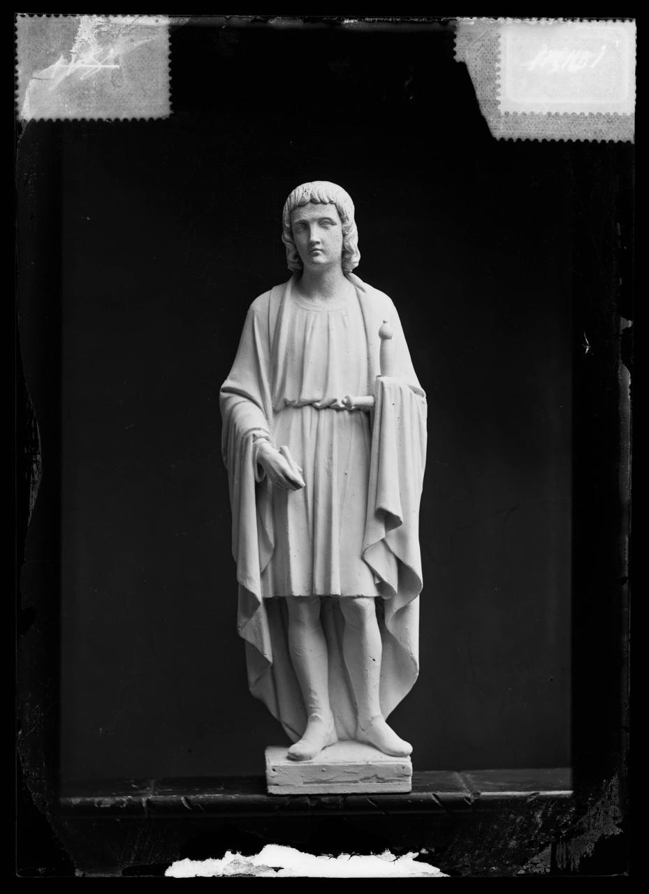 """Glasnegatief van foto van producten uit de Cuypers' Kunstwerkplaatsen uit kist met nummer 32: """"Sint Vitus""""."""
