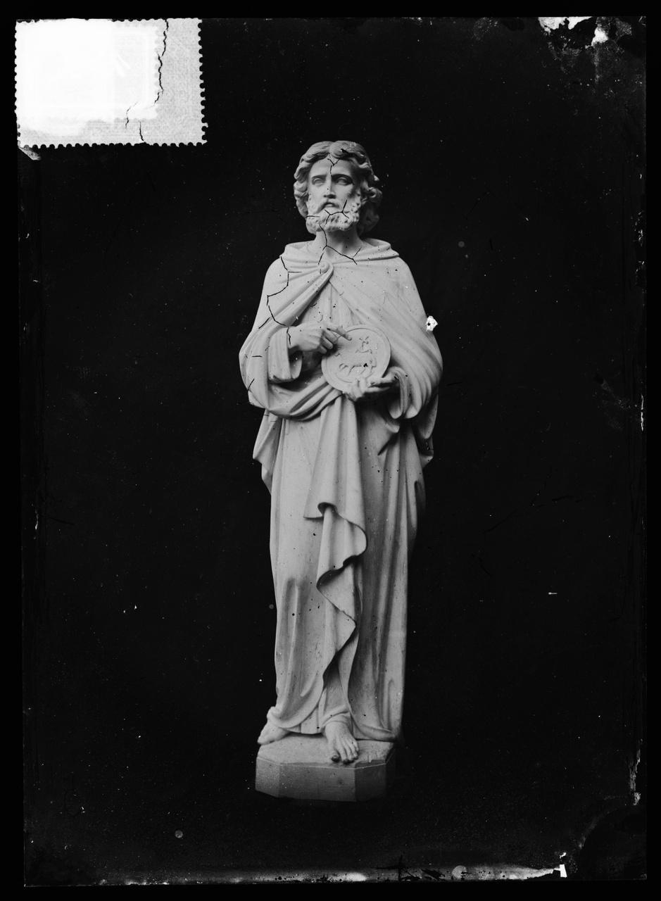 """Glasnegatief van foto van producten uit de Cuypers' Kunstwerkplaatsen uit kist met nummer 32: """"Johannes de Dooper""""."""
