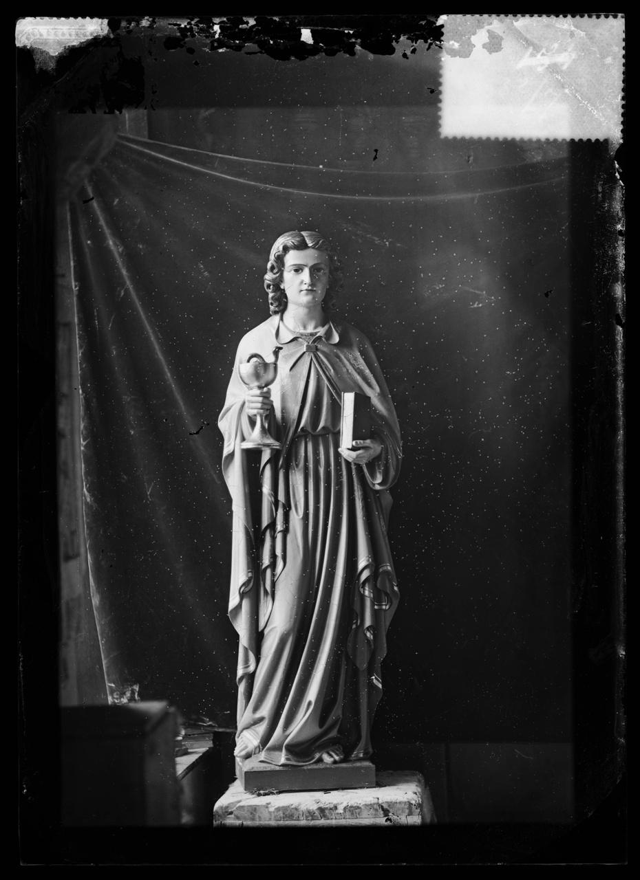 """Glasnegatief van foto van producten uit de Cuypers' Kunstwerkplaatsen uit kist met nummer 32: """"Johannes met kelk en boek""""."""