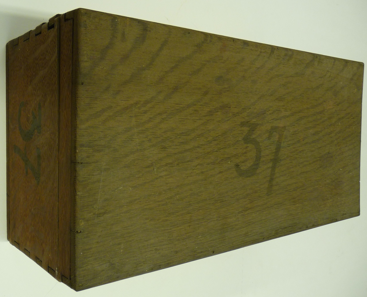 Kist voor glasnegatieven met nummer 37.
