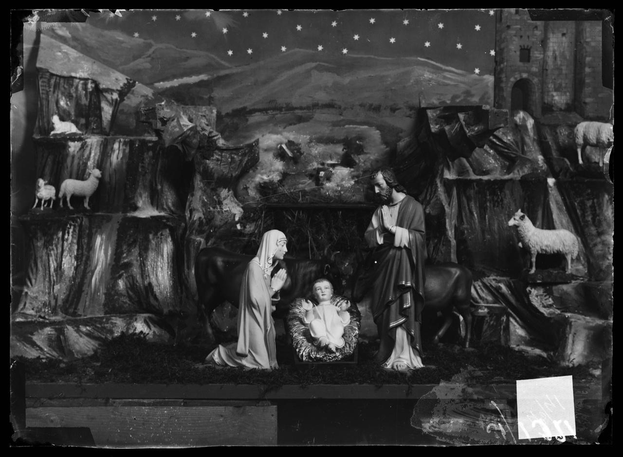 """Glasnegatief van foto van producten uit de Cuypers' Kunstwerkplaatsen uit kist met nummer 43: """"Kerstkribbe""""."""