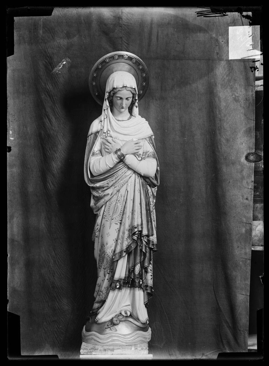 """Glasnegatief van foto van producten uit de Cuypers' Kunstwerkplaatsen uit kist met nummer 43: """"Heilige Maagd""""."""