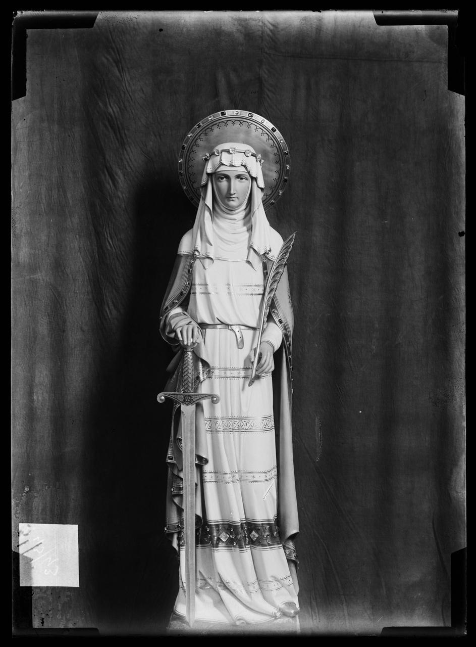 """Glasnegatief van foto van producten uit de Cuypers' Kunstwerkplaatsen uit kist met nummer 43: """"Heilige Lucia""""."""