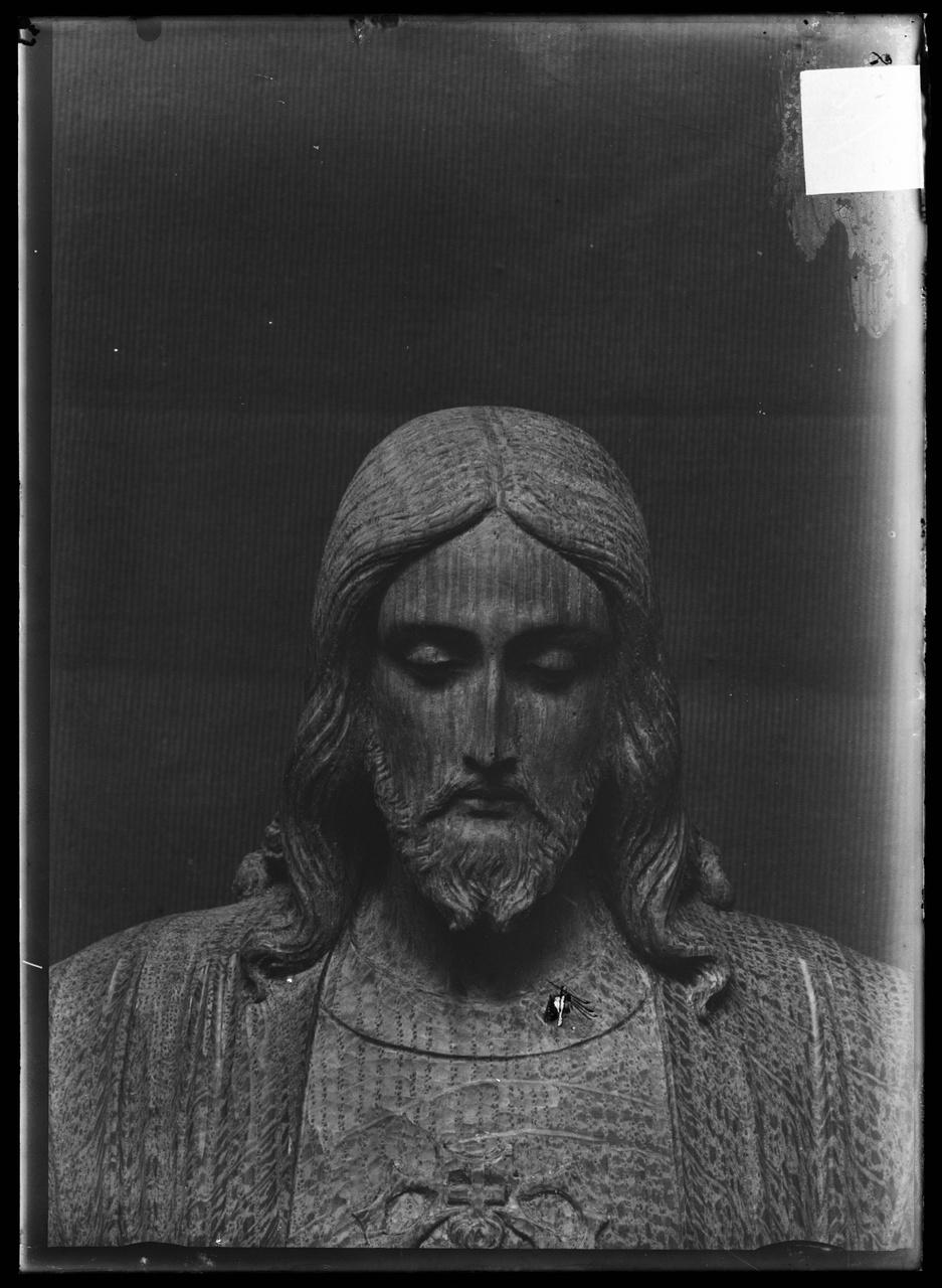 """Glasnegatief van foto van producten uit de Cuypers' Kunstwerkplaatsen uit kist met nummer 43: """"Hoofd H. Hartbeeld""""."""