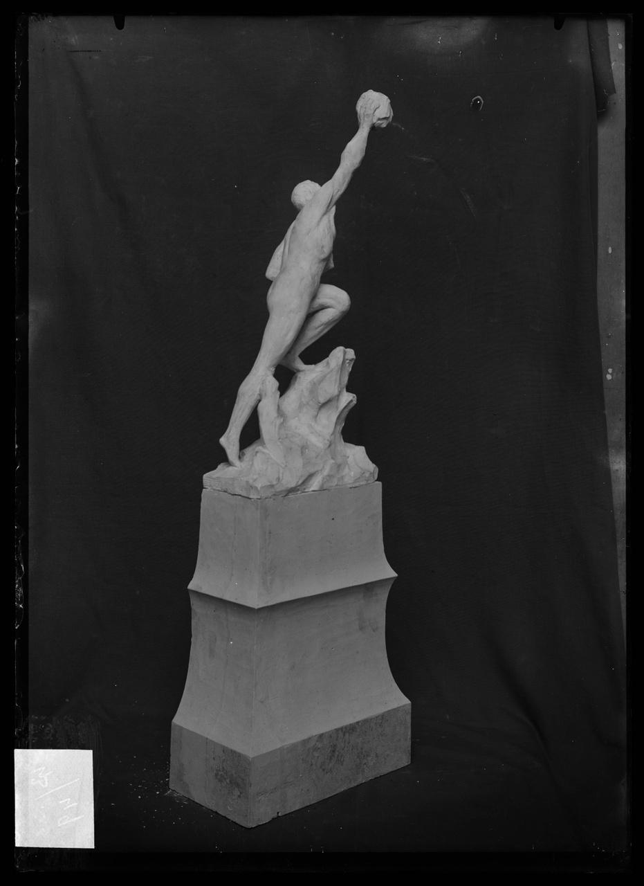 """Glasnegatief van foto van producten uit de Cuypers' Kunstwerkplaatsen uit kist met nummer 43: """"Atletische figuur""""."""