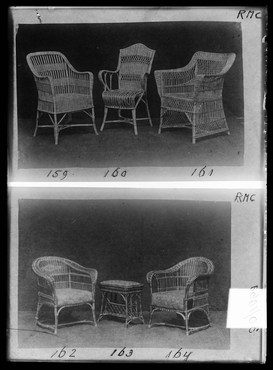 """Glasnegatief van foto van producten uit de Cuypers' Kunstwerkplaatsen uit kist met nummer 43: """"Rieten meubels""""."""