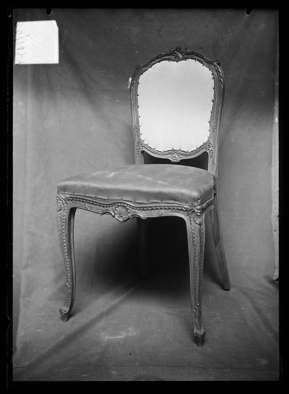 """Glasnegatief van foto van producten uit de Cuypers' Kunstwerkplaatsen uit kist met nummer 43: """"Louis V stoel""""."""