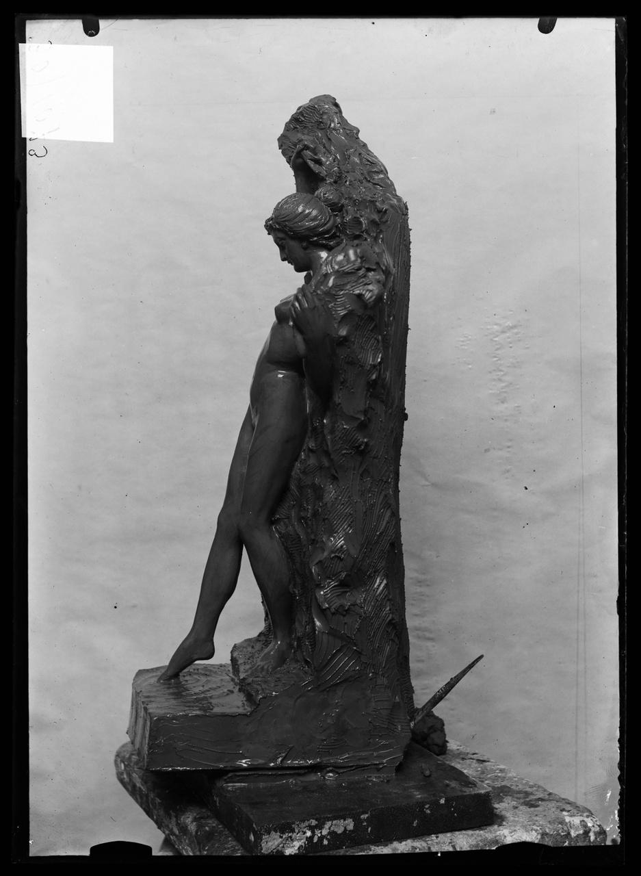 """Glasnegatief van foto van producten uit de Cuypers' Kunstwerkplaatsen uit kist met nummer 43: """"Badend meisje en profile""""."""
