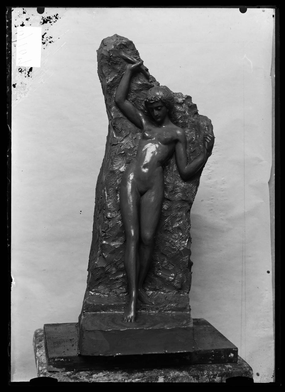 """Glasnegatief van foto van producten uit de Cuypers' Kunstwerkplaatsen uit kist met nummer 43: """"Badend meisje en face""""."""
