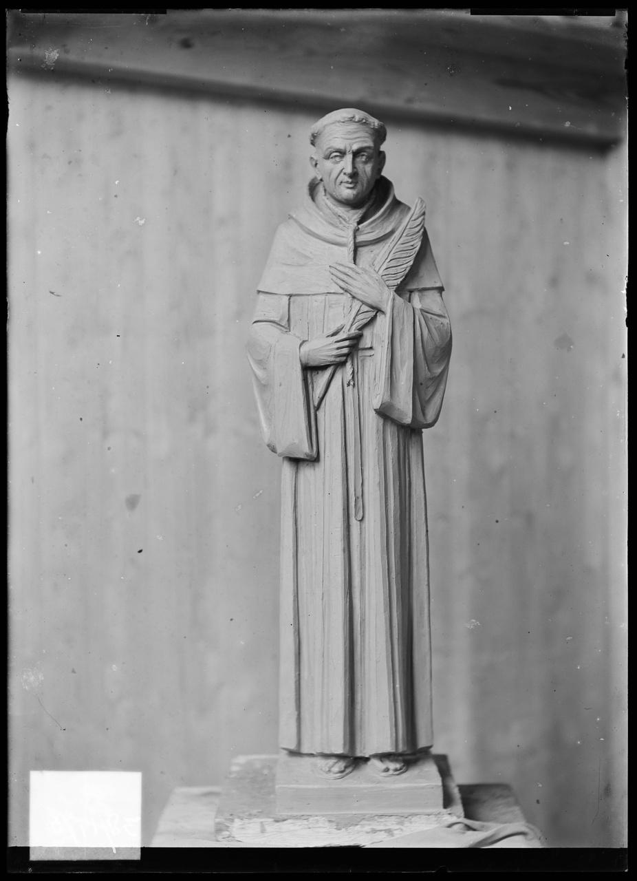 """Glasnegatief van foto van producten uit de Cuypers' Kunstwerkplaatsen: """"Foto van een martelaar in monnikskledij""""."""