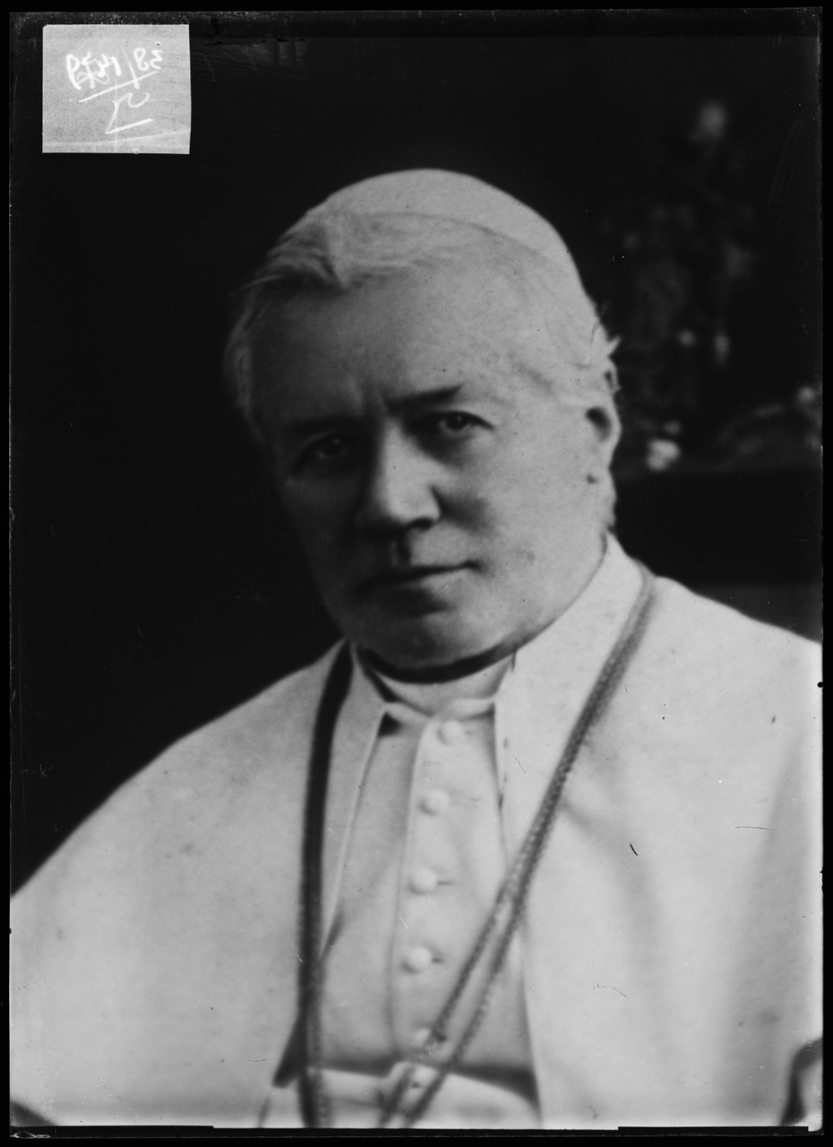 """Glasnegatief van foto van producten uit de Cuypers' Kunstwerkplaatsen: """"Portretfoto van Paus Pius X""""."""