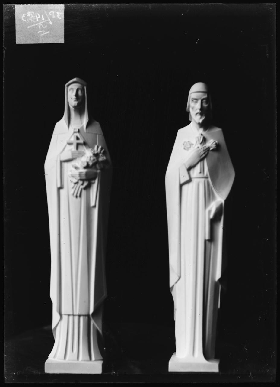"""Glasnegatief van foto van producten uit de Cuypers' Kunstwerkplaatsen: """"Beelden van de H. Maria en de H. Jozef""""."""