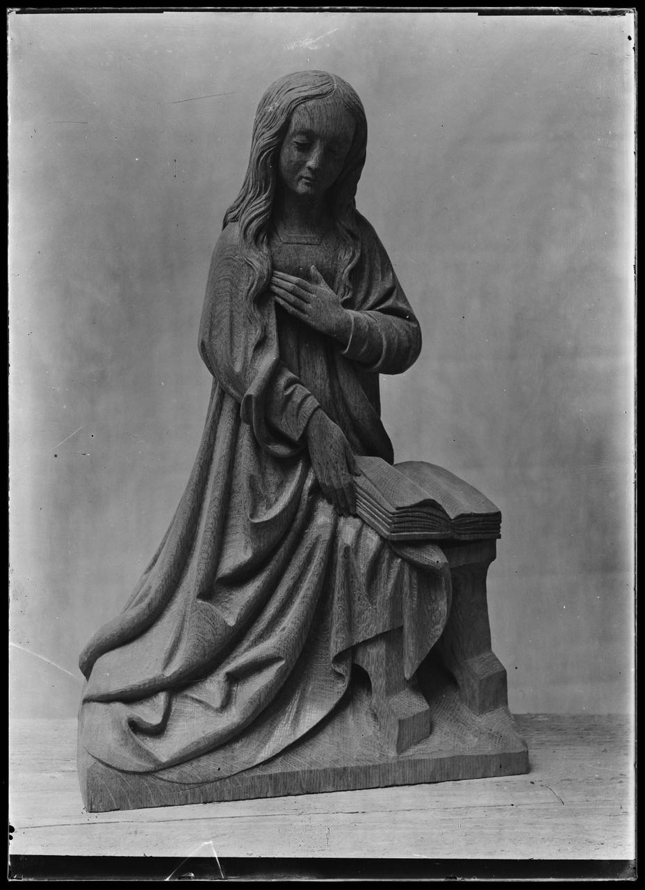 """Glasnegatief van foto van producten uit de Cuypers' Kunstwerkplaatsen: """"Foto van Mariabeeldje met boek""""."""