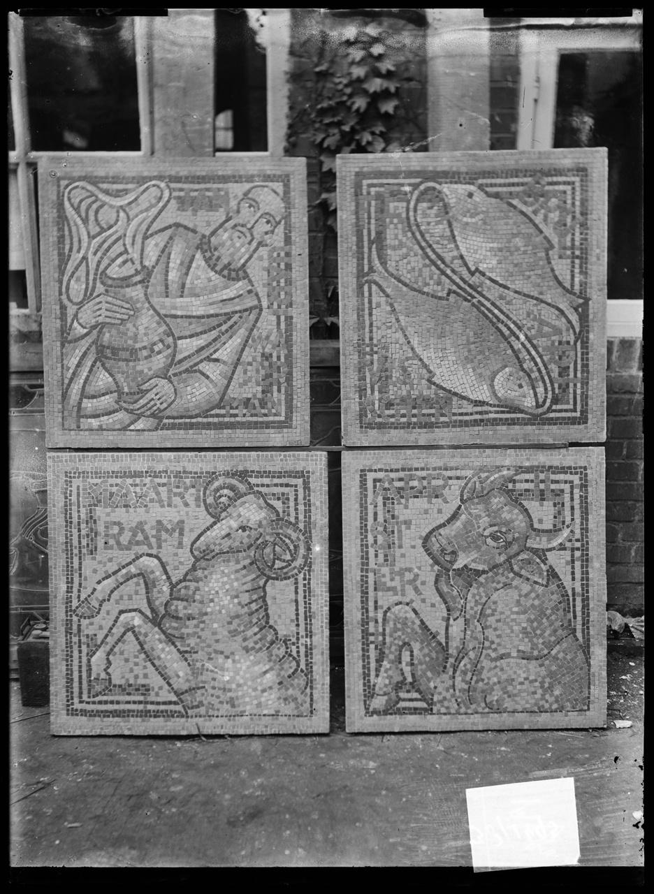 """Glasnegatief van foto van producten uit de Cuypers' Kunstwerkplaatsen: """"Vier mozaïektegels met Tekens van de Dierenriem""""."""